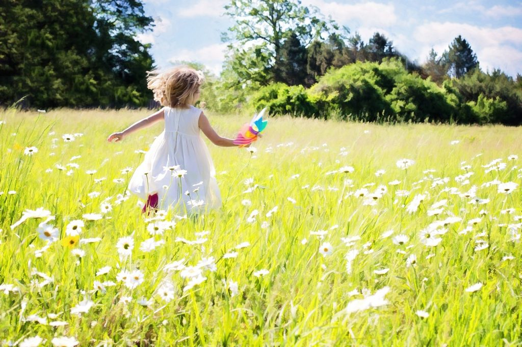little-girl-running-795505_1280